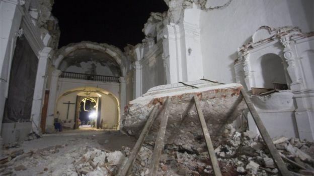 Destruição em igreja