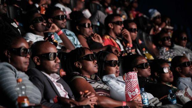 Espectadores ven una proyección de Black Panther
