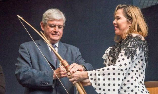 Procuradora entrega arco e flecha ao procurador-geral Rodrigo Janot