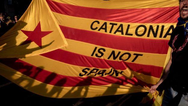 Bandera independentista catalana con el mensaje: