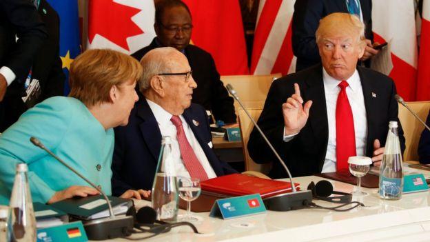 Cumhurbaşkanı Trump, Alman Başbakanı Angela Merkel (L) ve Tunus'un Başkanı Beji Caid Essebsi ile G7 zirvesinde görüştü ve 27 Mayıs 2017'de Taormina, Sicilya'da toplandı.