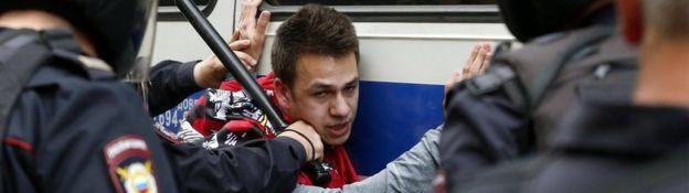 La policía rusa detiene a un joven.