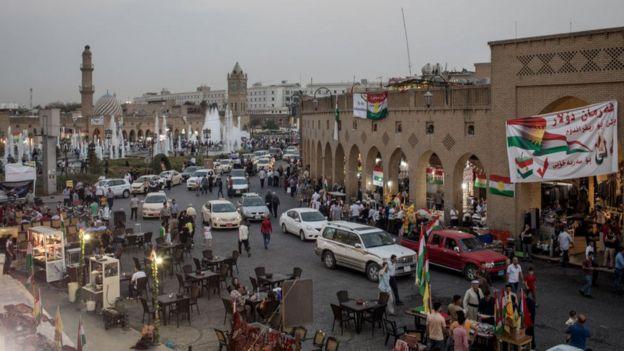 Referanduma hazırlanan Erbil'de birçok yerde bayraklar ve afişler göze çarpıyor.