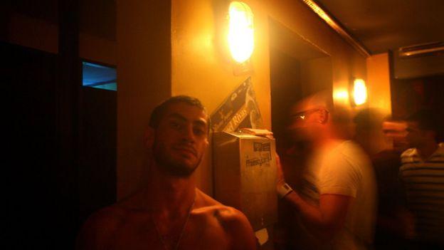 Dos hombres gays en un bar israelí