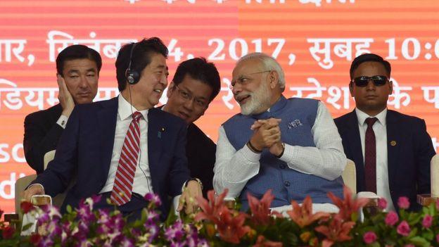 Thủ tướng Ấn Độ Narendra Modi và Thủ tướng Nhật Shinzo Abe tại lễ khởi công dự án đường sắt cao tốc nối Ahmebadad với Mumbai, Ấn Độ hồi tháng 9/2017.