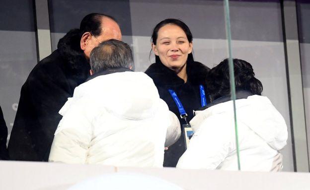 El presidente de Corea del Sur, Moon Jae-in (abajo a la izquierda), saluda a Kim Yo-jong, la hermana del líder norcoreano Kim Jong-un, durante la ceremonia de inauguración de los Juegos Olímpicos de Invierno 2018 en PyeongChang el 9 de febrero. (Foto: Matthias Hangst/Getty Images)