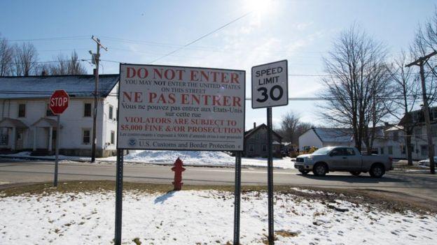 Los anuncios fronterizos en inglés y francés son comunes en la zona fronteriza.