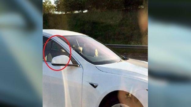 Geisterfahrer im Tesla.