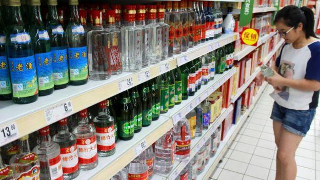Oferta de licores en un supermercado chino