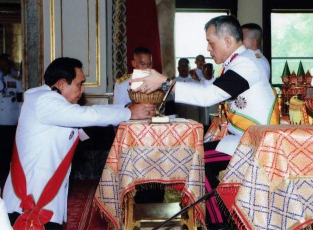 ในหลวงรัชกาลที่ 10 พระราชทานรัฐธรรมนูญแห่งราชอาณาจักรไทย พ.ศ. 2560