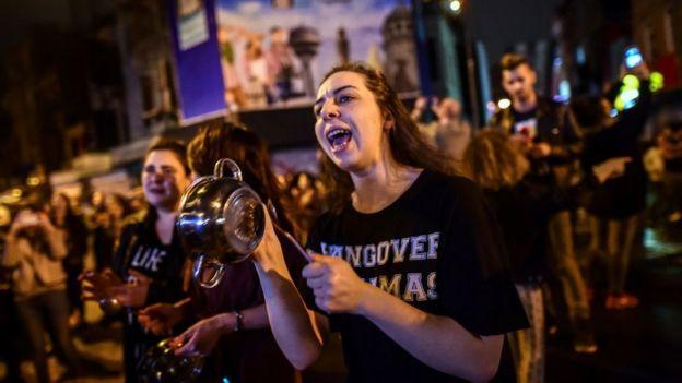 Hayır oyu destekçileri referandumu tencere ve tava çalarak protesto ediyor
