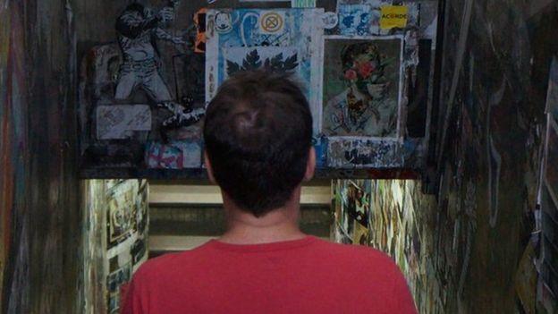 Jorge em passarela subterrânea