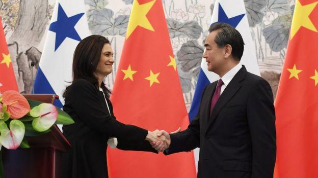 中國外長王毅(右)和巴拿馬副總統兼外長伊莎貝•德聖馬洛(左)