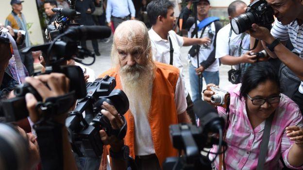 Robert Andrew Fiddes Ellis (C) d'Australie arrive à un tribunal de Denpasar sur l'île de Bali le 25 octobre 2016. Ellis a été condamné à 15 ans de prison pour avoir manqué les enfants indonésiens sur l'île touristique populaire de Bali.