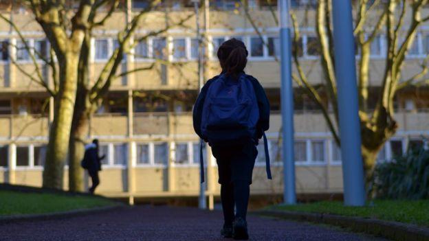 Criança sozinha na escola