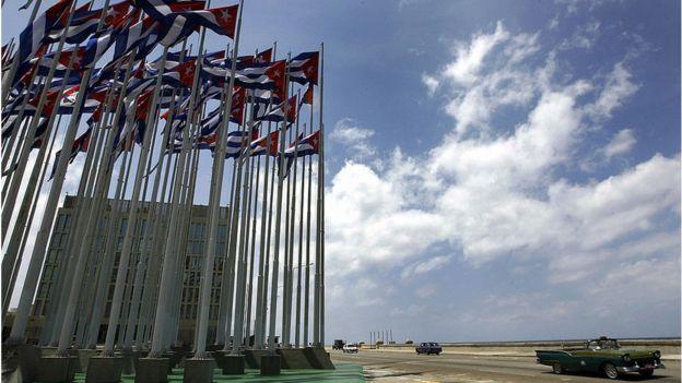 Частокол флагштоков у посольства США в Гаване