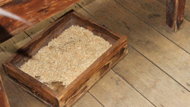 Caixote de madeira com serragem