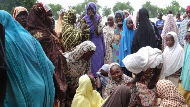 Mulheres de véu choram após ataque suicida na Nigéria, em 2017