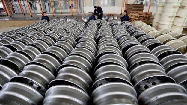 Công nhân xếp càng vòng thép để xuất khẩu tại một nhà máy ở Giang Tô, Trung Quốc