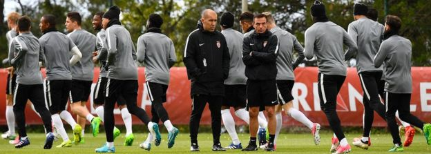 Monaco coach Leonardo Jardim (C) and players on 2 May train at La Turbie, near Monaco
