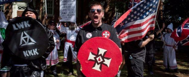 Manifestantes extremistas nacionalistas blancos en Virginia.