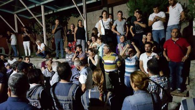 Bakan Işık'a hastane girişinde bazı vatandaşlar ve asker yakınları tepki gösterdi.