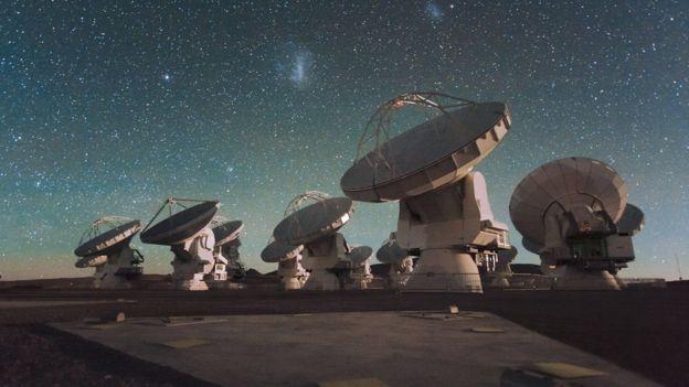 صورة ليلية لهوائيات نظام ألما في هضبة تشاجناتور، بمنطقة الأنديز في تشيلي