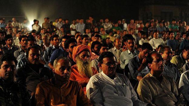 audiencia observando el holograma de Modi