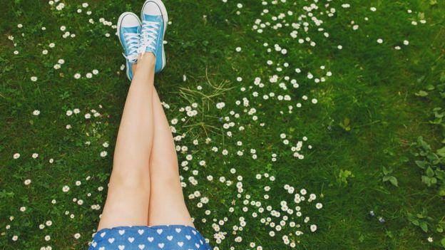 Menina com as pernas cruzadas