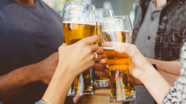 https://ichef-1.bbci.co.uk/news/624/cpsprodpb/17753/production/_100538069_alcohol_pints_getty.jpg