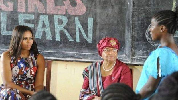 Michelle Obama, la Première Dame des Etats-Unis, avec Ellen Johnson Sirleaf, lors d'une tournée au Liberia pour la promotion de la scolarisation des filles
