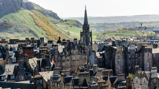 Những sắc lệnh của thành phố Edinburgh cấm việc xây dựng những nhà mới mà chúng làm hỏng cảnh quan kiến trúc hình tượng kiểu Gothic