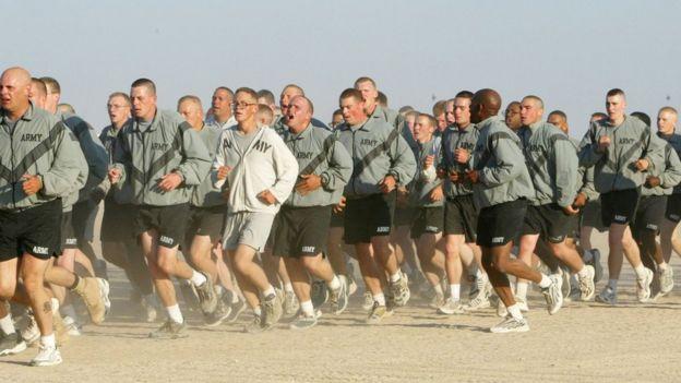 militares entrenando
