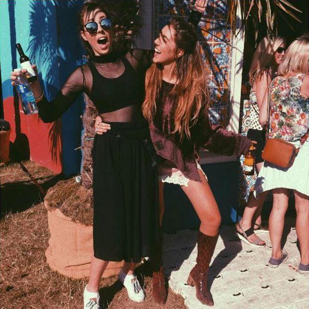 Gina dan kakak perempuannya di British Summer Time, sekitar satu jam sebelum kejadian