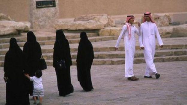 Mujeres y hombres en Arabia Saudita (foto de archivo).