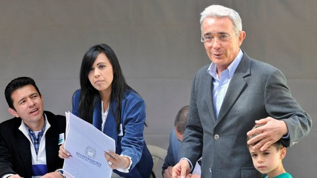 Álvaro Uribe después de votar.