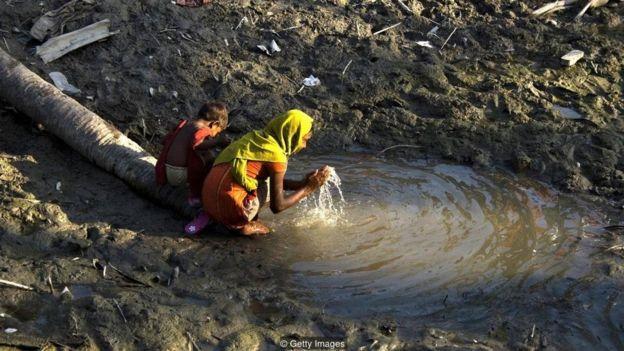 Việc cung cấp ngay nước ngọt là đặc biệt quan trọng sau các thảm hoạ thiên nhiên, như ta thấy đây ở Bangladesh, sau trận bão Sidr năm 2008