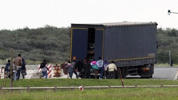 V Calais řádil gang migrantů. Řidič zastavil kamion a skončil s rozbitou hlavou v kaluži krve
