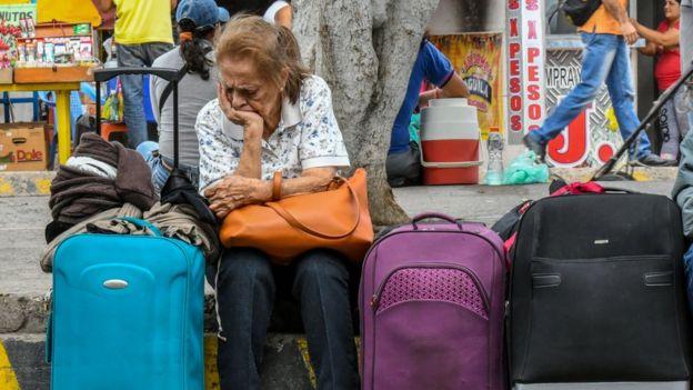 Una venezolana descansa después de hacer compras en Cucuta, Colombia