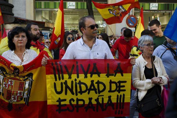 Warga Madrid menggelar unjuk rasa mendukung keputusan pemerintah Spanyol yang membekukan pemerintahan otonomi Catalunya, Sabtu (28/10).