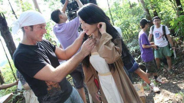 Bey Logan mengarahkan Sable Yu dalam pembuatan film Snowblade.