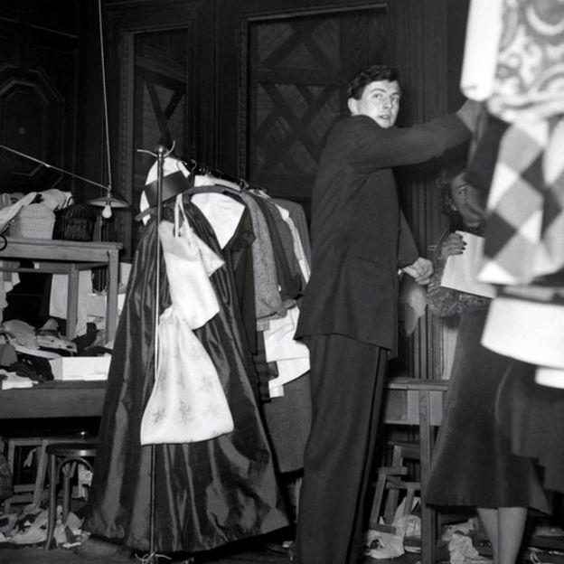 图为他在他首场春季时装秀后台的照片,当时是他工作室成立的第一年。