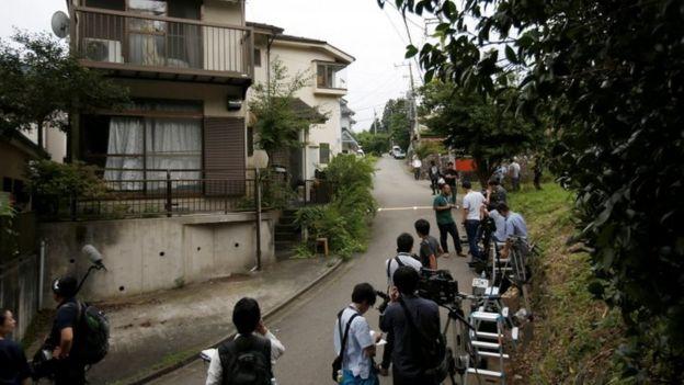 periodistas a las afuera de una casa en Japón