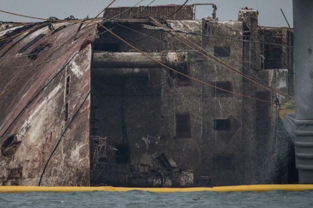 Ferry recién sacado del mar