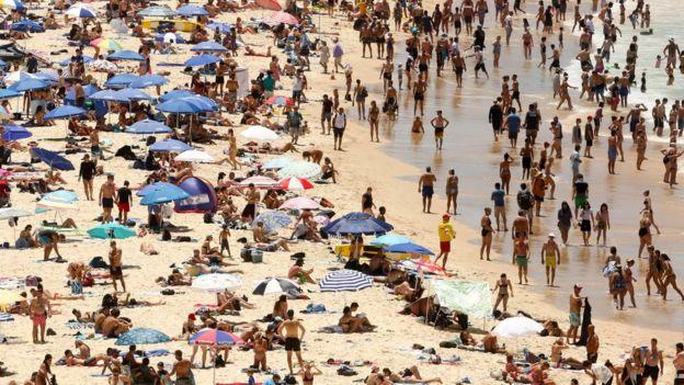 Halk Pazar günü Bondi Plajı'nda serinlemeye çalıştı
