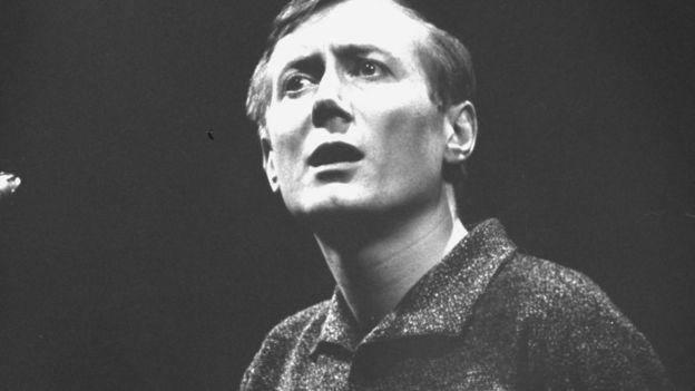 Евгений Евтушенко, 1963 во время выступления во Дворце Шайо в Париже