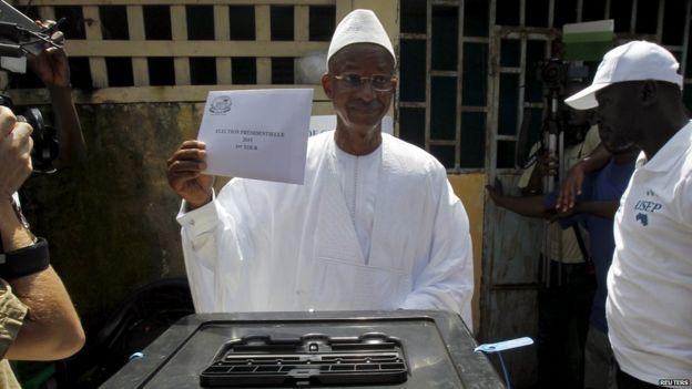Cellou Dalein Diallo votes in Conakry, 11 October 2015