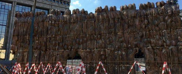 雕塑家弗蘭古梁說,這座悲傷牆中間有一些縫隙,他希望人們能夠走進去,用自己的肩膀親身感受歷史的重壓。