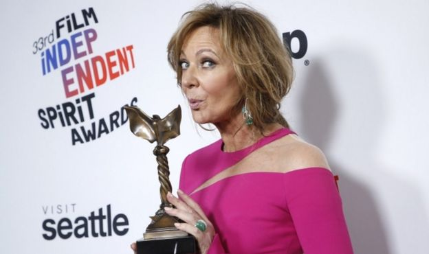 "Allison Janney poses backstage with her Best Supporting Female award for ""I, Tonya."""