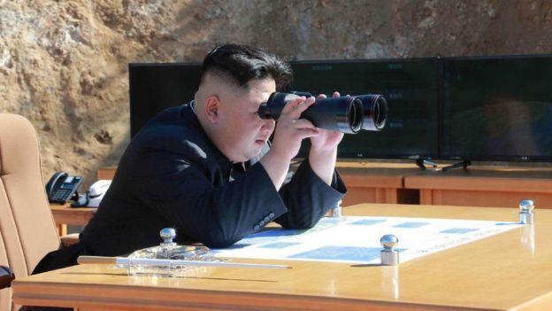Kim Jong-un observando una prueba de armas nucleares.